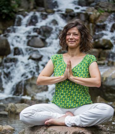 Tanja macht Yoga im Park